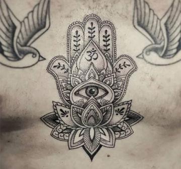 Символ Хамса и лотос, мужская тату на груди