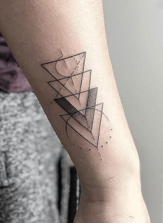 Тату треугольники на руке у девушки