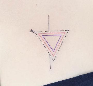 Три треугольника, женская тату на груди