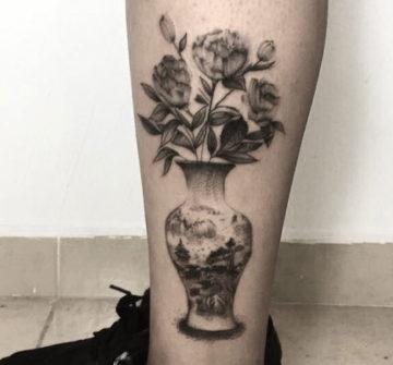 Ваза с цветами, женская тату на ноге