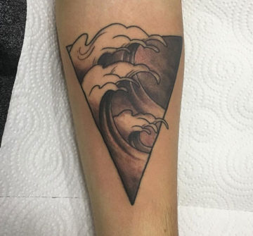 Волна в треугольнике, мужская тату на предплечье
