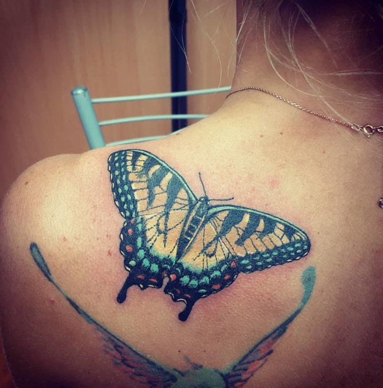 Бабочка, тату на лопатке у девушки