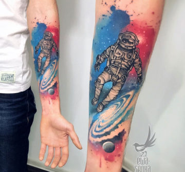 Астронавт, тату акварель на руке у парня