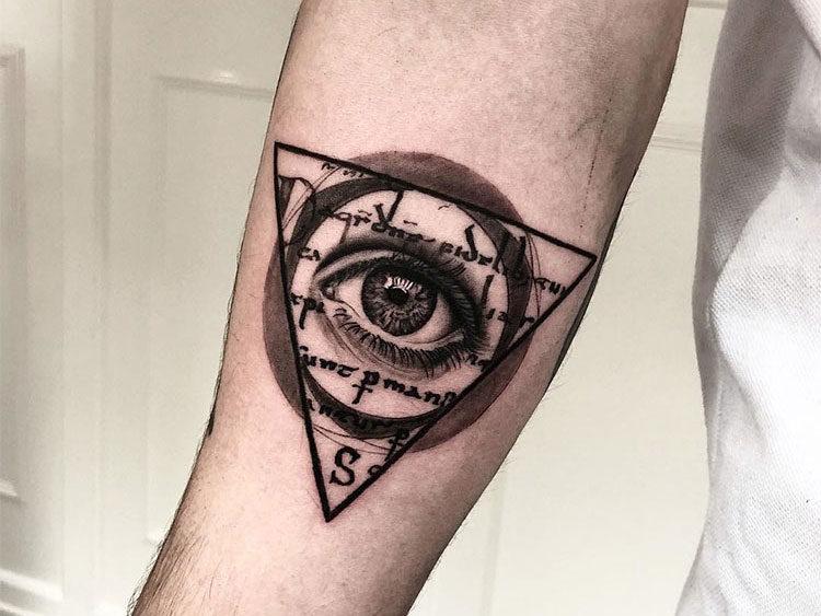 Глаз внутри треугольника и круга, мужская тату на руке