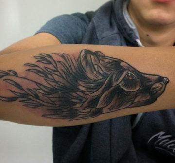 Голова лисы с травой, черно-серая тату на руке