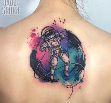 Космонавт, акварельная тату на спине у девушки