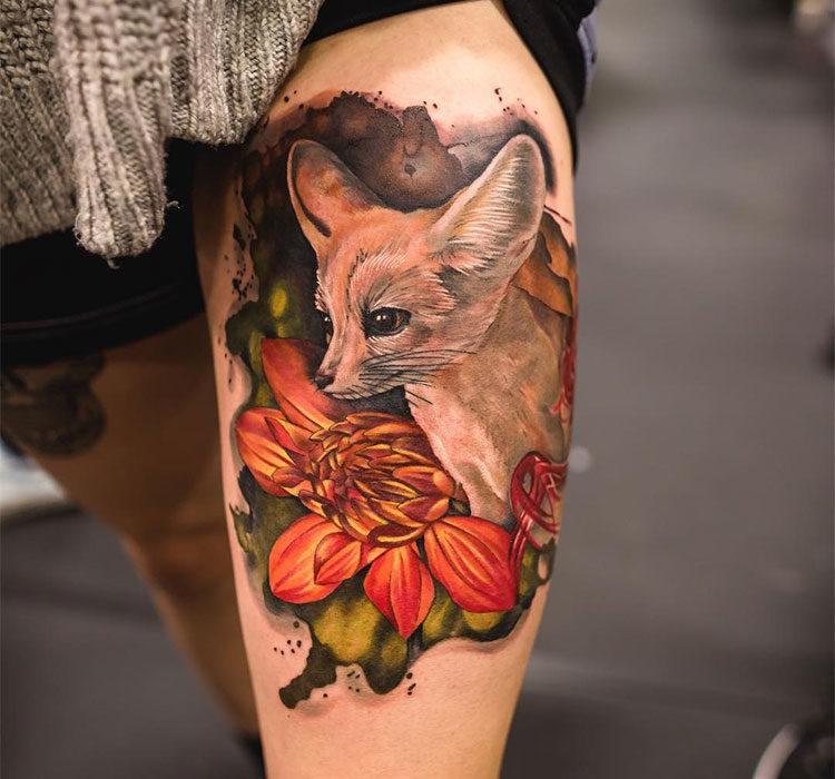 Лиса фенек с цветком лотоса, тату на бедре у девушки