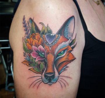 Лиса с цветами и бриллиантом, женская тату на плече