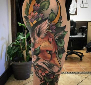 Лиса в листьях и цветах, тату на ноге у девушки