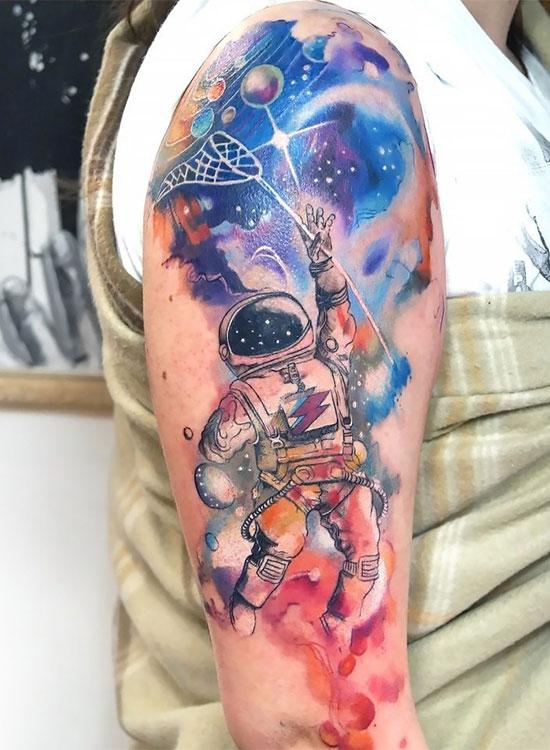 Тату космонавт в стиле акварель
