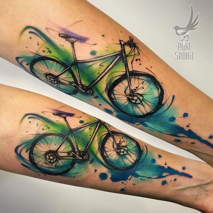 Велосипед, тату в стиле акварель на предплечье