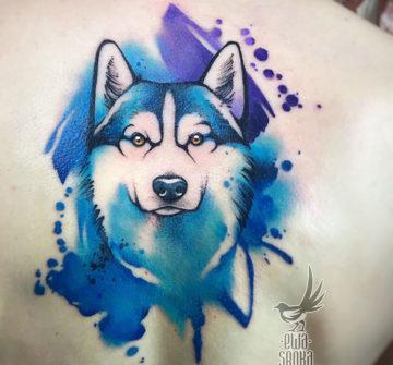 Волк, акварельная тату на спине у девушки