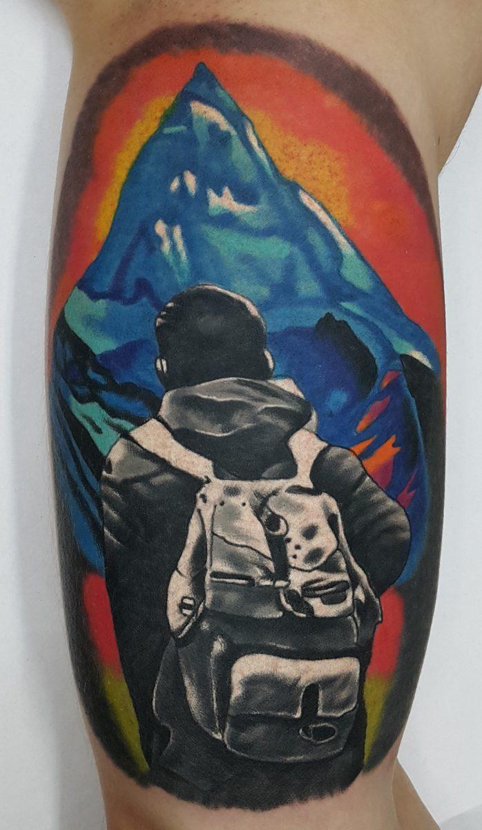 Горы, мужская тату на бицепсе