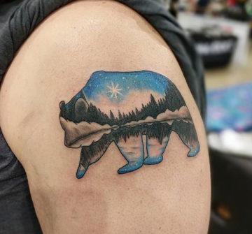 Абстрактный силуэт медведя, мужская тату на плече