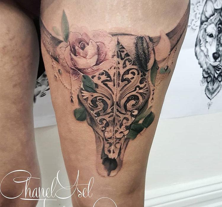Череп быка с розами, женская тату на бедре