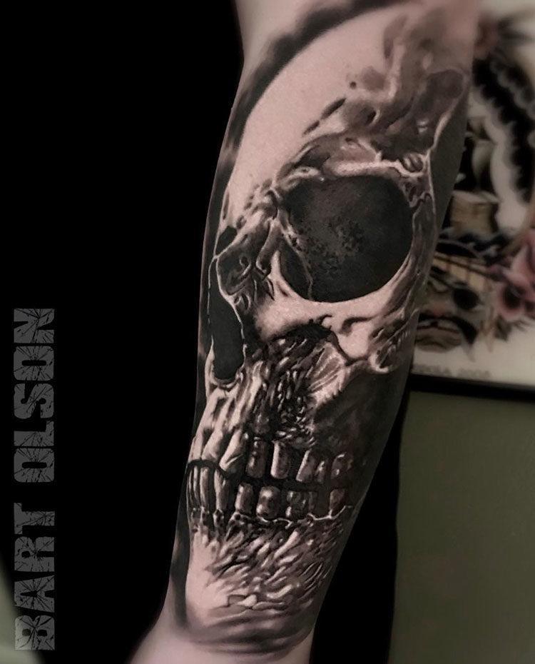 Черно-белое тату черепа на руке