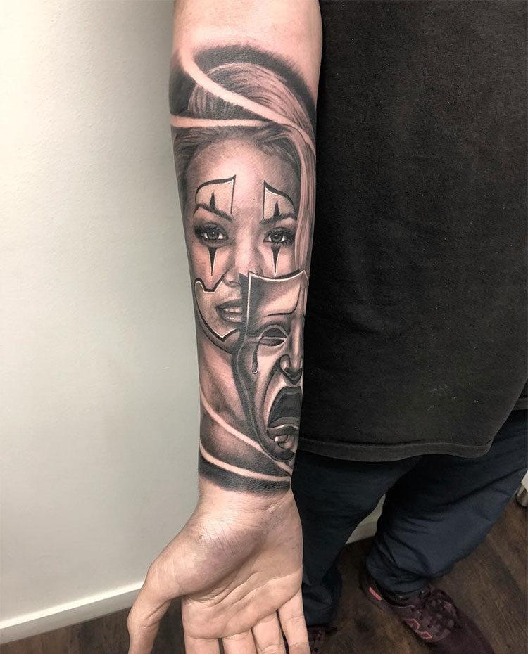 Девушка с маской, мужская татуировка чикано на предплечье
