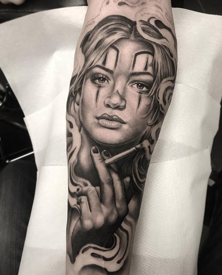 Девушка с сигаретой, тату в стиле чикано на руке