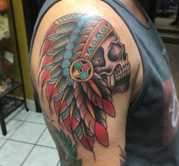 Индейский череп с перьями, мужская тату на плече