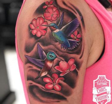 Колибри с цветами, тату на плече