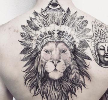 Лев с индейскими перьями, мужская тату на спине