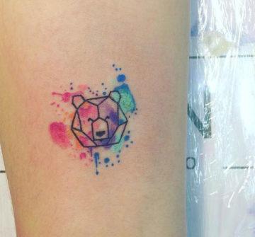 Маленький акварельный медведь, тату на предплечье у девушки