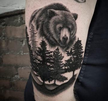 Медведь и лес, мужская тату на плече