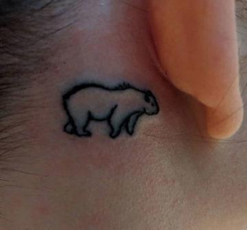 Медведь, маленькая тату за ухом у девушки