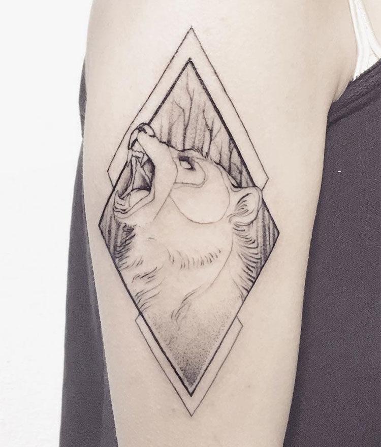 Медведь в ромбе, женская тату на плече