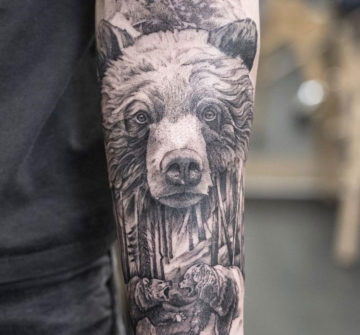 Медведи и лес, мужская тату на руке