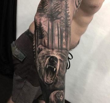 Медведи и лес, тату на руке у парня