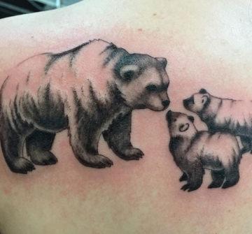 Медведица с медвежатами, тату на спине у девушки