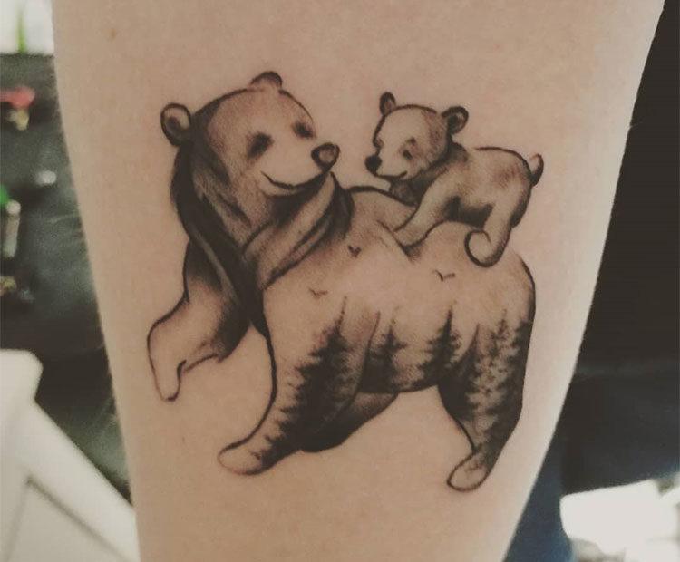 Медведица с медвежонком, тату на предплечье у девушки