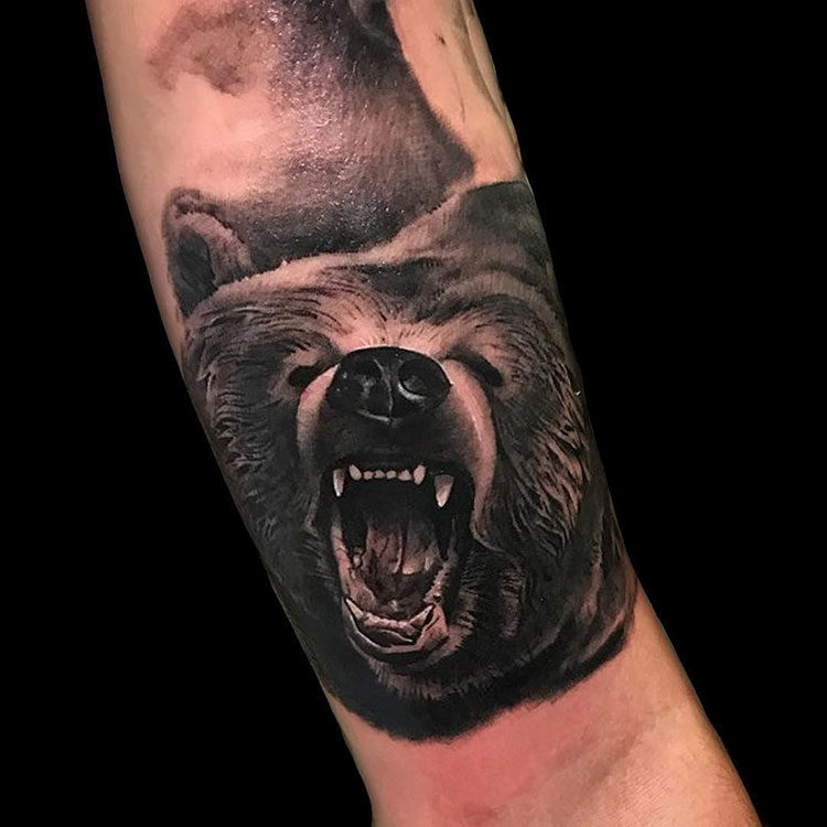 Медвежий оскал, мужская тату на руке