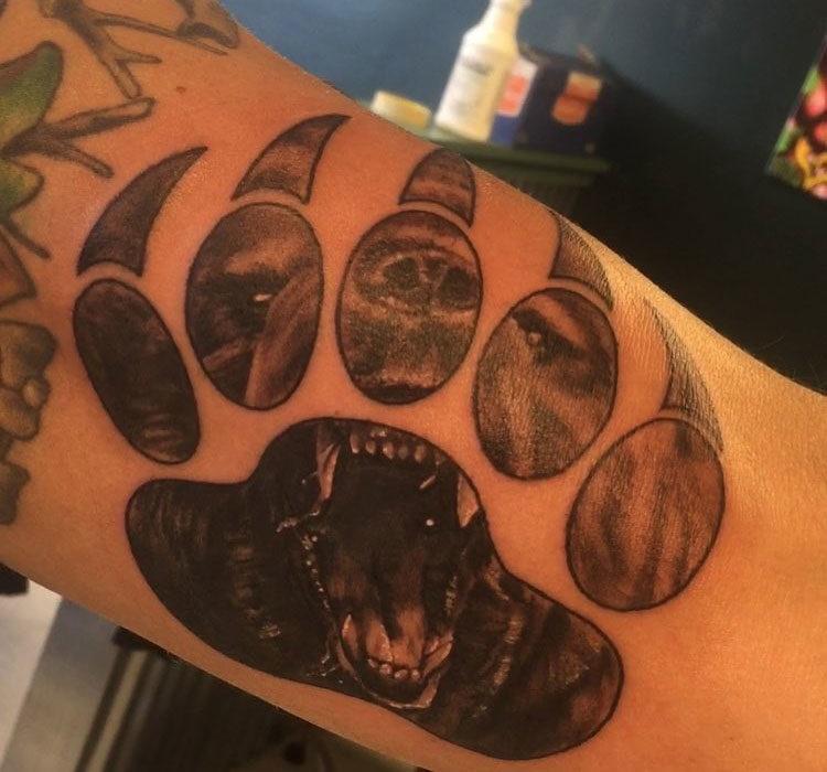 Медвежья лапа, оскал, мужская тату на руке