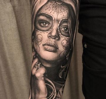 Мужская тату в стиле чикано на руке