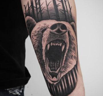 Оскал медведя, мужская тату на руке