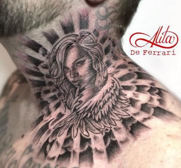 Портрет девушки с крыльями, мужская тату на шее