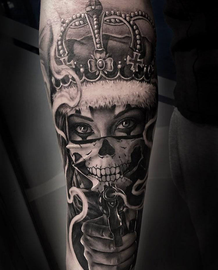 Портрет девушки в короне с пистолетом, мужская тату на руке