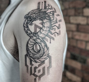 Уроборос, мужская тату на плече