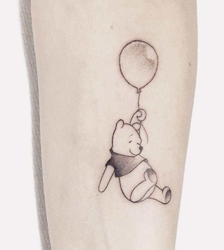 Винни-Пух с воздушным шариком, тату на предплечье у девушки