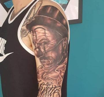 Злой клоун, чикано, мужская тату на руке