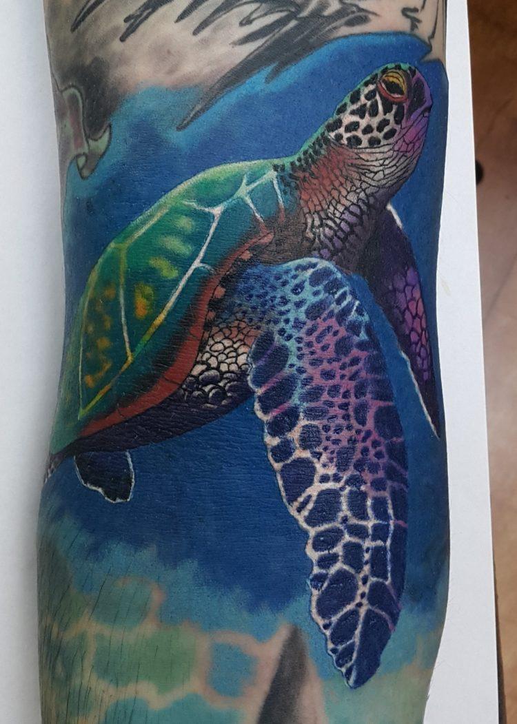 Морская черепаха, мужская тату на руке