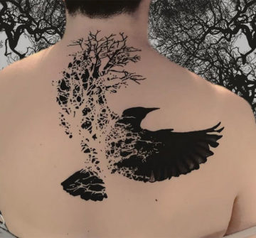 Абстрактная тату ворона на спине