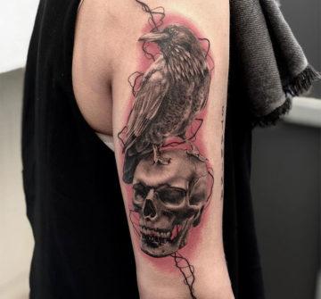 Ворон на черепе, мужская тату на руке