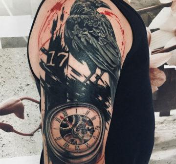 Ворон с часами, мужская тату на плече