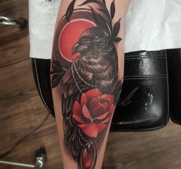 Ворон с розой и драгоценным камнем, женская тату на ноге